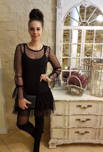 5627015075 czarna sukienka w białe kropki - stylowo i modnie z Allani