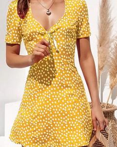 Żółta sukienka Kendallme z dekoltem w kształcie litery v w stylu casual