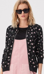 Różowa kurtka Sinsay w młodzieżowym stylu