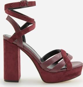 Czerwone sandały Reserved na wysokim obcasie z klamrami