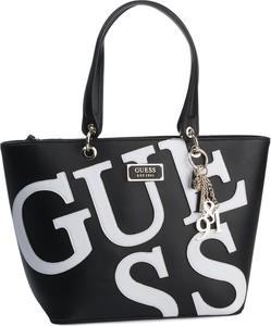 Czarna torebka Guess z nadrukiem z breloczkiem na ramię