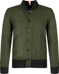 Zielony sweter ubierzsie.com z wełny w stylu casual