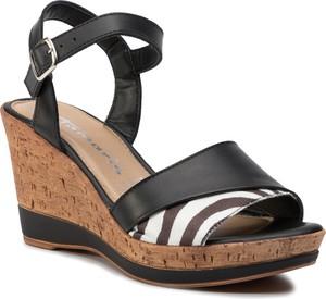 Czarne sandały Tamaris na koturnie na wysokim obcasie z klamrami