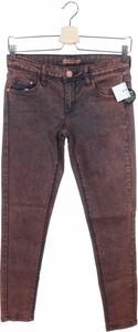 Różowe jeansy Terranova w street stylu