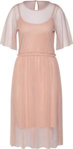 Różowa sukienka Vero Moda midi z krótkim rękawem z okrągłym dekoltem