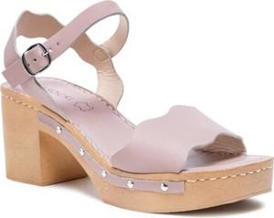 Różowe sandały Lasocki ze skóry z klamrami na obcasie