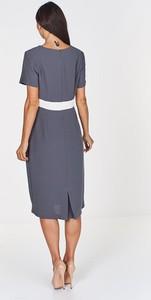 Niebieska sukienka Fokus z dekoltem w kształcie litery v z krótkim rękawem