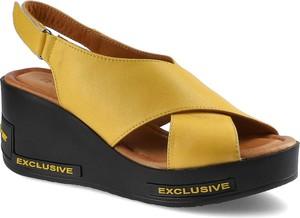Żółte sandały Ravini ze skóry na niskim obcasie na koturnie