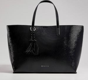 Czarna torebka Mohito lakierowana duża na ramię