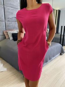 Różowa sukienka ModnaKiecka.pl prosta z okrągłym dekoltem w stylu casual
