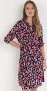 Granatowa sukienka born2be z długim rękawem