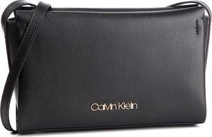 Torebka Calvin Klein średnia na ramię w młodzieżowym stylu