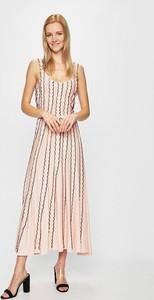 Różowa sukienka Silvian Heach z dekoltem w kształcie litery v maxi z dzianiny