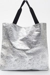 Srebrna torebka Cropp duża w wakacyjnym stylu
