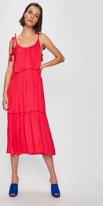 Różowa sukienka Pepe Jeans na ramiączkach z okrągłym dekoltem midi