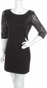 Czarna sukienka Q/s By S.oliver z okrągłym dekoltem prosta