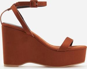 Sandały Reserved na koturnie na średnim obcasie