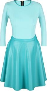 Sukienka Fokus w stylu glamour rozkloszowana z okrągłym dekoltem