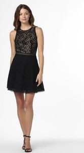 Czarna sukienka Nikkie rozkloszowana w stylu boho