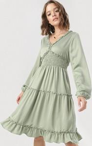 Zielona sukienka born2be z dekoltem w kształcie litery v