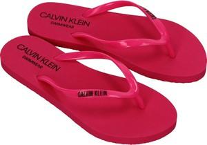 Czerwone klapki Calvin Klein z płaską podeszwą
