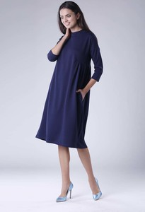 Sukienka Nommo w stylu casual z okrągłym dekoltem midi