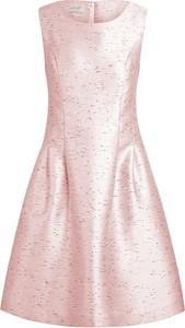 Różowa sukienka Apart z okrągłym dekoltem mini rozkloszowana