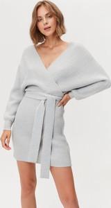 Sukienka FEMESTAGE Eva Minge z odkrytymi ramionami w stylu casual mini