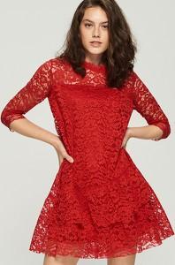 Czerwona sukienka Sinsay z okrągłym dekoltem z długim rękawem