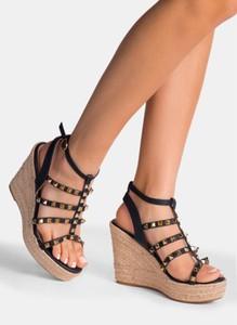Czarne sandały deezee na koturnie