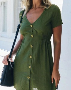 Zielona sukienka Kendallme z krótkim rękawem z dekoltem w kształcie litery v