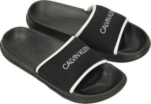 Czarne klapki Calvin Klein z płaską podeszwą w stylu casual