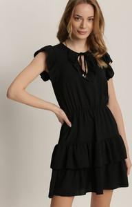 Czarna sukienka Renee z okrągłym dekoltem z krótkim rękawem