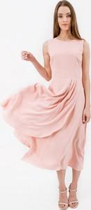 Różowa sukienka Bialcon trapezowa midi z okrągłym dekoltem