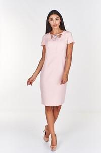 Różowa sukienka Fokus z dekoltem w karo ołówkowa