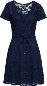 Granatowa sukienka bonprix bodyflirt w koronkowe wzory kopertowa