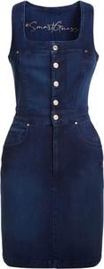 Niebieska sukienka Guess z okrągłym dekoltem