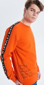 Pomarańczowa bluza Cropp w młodzieżowym stylu