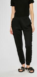 b64df236510c1 spodnie damskie guess jeans - stylowo i modnie z Allani