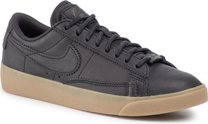 Czarne trampki Nike sznurowane z płaską podeszwą