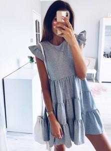 Niebieska sukienka Pakuten z krótkim rękawem z okrągłym dekoltem w sportowym stylu