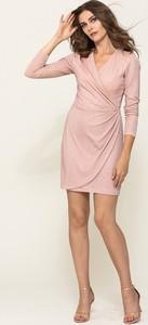 Różowa sukienka VISSAVI mini z długim rękawem kopertowa