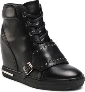 Czarne buty sportowe Carinii na koturnie w młodzieżowym stylu sznurowane