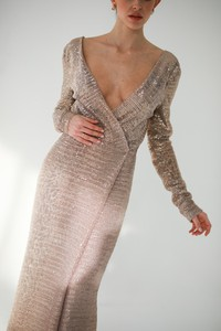 Sukienka Gosia Baczyńska z dekoltem w kształcie litery v z jedwabiu