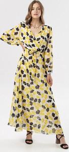 Żółta sukienka born2be z dekoltem w kształcie litery v z długim rękawem w stylu casual