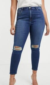 Niebieskie jeansy Asos w street stylu