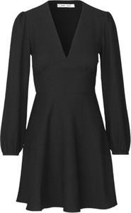 Czarna sukienka Samsøe & Samsøe z długim rękawem z tkaniny