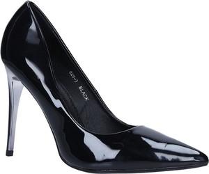 Czarne szpilki Casu na wysokim obcasie w stylu glamour ze spiczastym noskiem