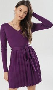 Fioletowa sukienka born2be w stylu casual z dekoltem w kształcie litery v mini