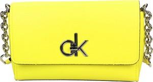 Żółta torebka Calvin Klein zdobiona ze skóry ekologicznej